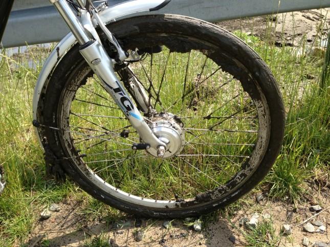 Używam roweru z silnikiem umieszczonym w przedniej osi. Alternatywnymi są napędy umieszczone w korbie lub w tylnej osi.