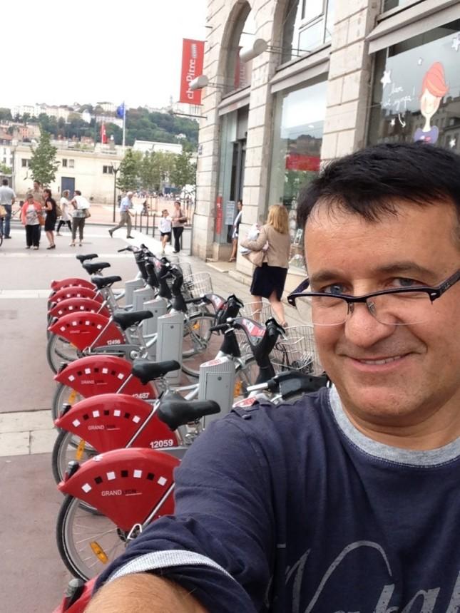 """W Lyonie byłem z wykładami na międzynarodowym kongresie. Po mieście można poruszać się rowerami wypożyczanymi i oddawanymi w specjalnych """" stacjach dokujących"""" Wynajęcie roweru 1,5 EUR, pierwsze pół godziny za darmo."""