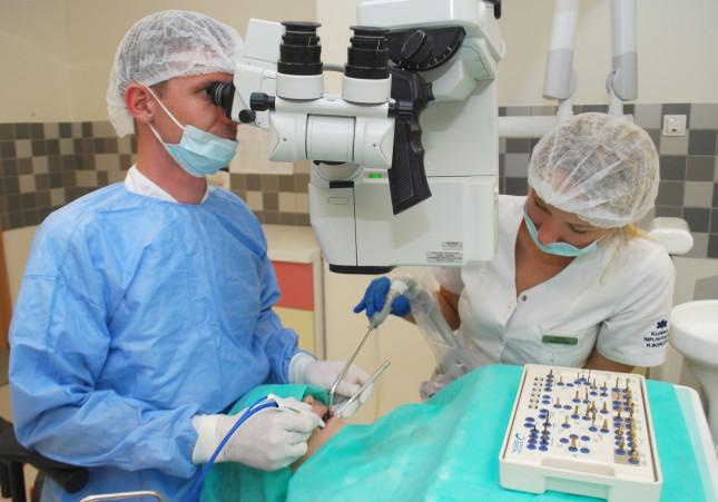 Mikroskop pozwala na precyzyne i delikatne usunięcie nawet wrośniętych w dziąsło szwów.